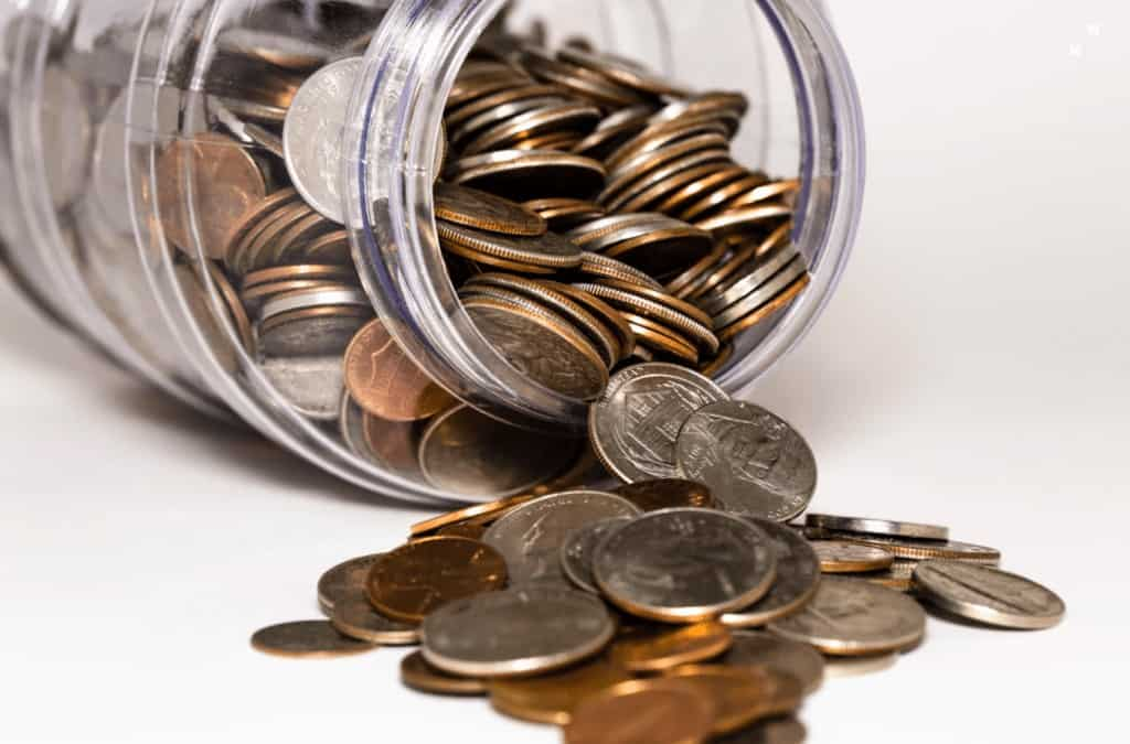 frasco con monedas derramado
